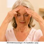 _INA0471.jpg antje, sitzen, sitting, gesundheit, health, alternative medizin, medicine, kinesiologie, kinesiology, drinnen, indoor, stuhl, chair, stirn, forehead, akupressurpunkte, acupressure points, akupressur, acupressure